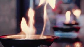 Ustioni del fuoco nei piatti sulla barra stock footage