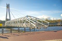 Ustka, pont d'oscillation moderne au-dessus du port Photographie stock libre de droits