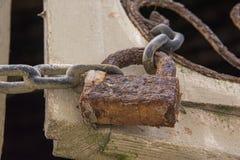 Usty łańcuch & kłódka Trzymać wpólnie żaluzję z rdzewiejącym filigree szczegółem zdjęcie royalty free