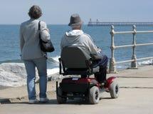 Usuário de cadeira de rodas motorizada fotos de stock royalty free