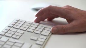 Usuário em um teclado de computador video estoque