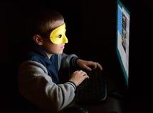 Usuario anónimo que mira la pantalla fotos de archivo libres de regalías