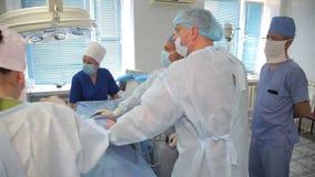 Usunięcie zły bolak w cynaderki Resekcja cynaderki Chirurg drużyny ręki podczas l zbiory wideo