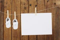 Usura del bambino che appende nelle mollette da bucato sulla linea di lavaggio Fotografia Stock Libera da Diritti