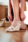 Usura di donna le scarpe prima dell'inizio di acquisto Fotografia Stock Libera da Diritti