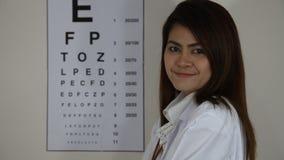 Usura di medico un i vetri davanti al grafico di occhio stock footage