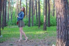 Usura perfetta femminile di posa di bellezza del bello della donna modello di moda sexy di fascino nella data romantica del parco Immagini Stock Libere da Diritti