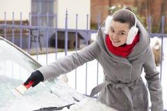 Usuwać śnieg i lód od samochodu zdjęcie stock