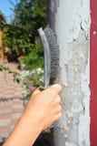 Usuwa starą farbę od metalu ogrodzenia kolumny Zdjęcie Royalty Free