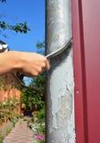 Usuwa starą farbę od powierzchni Używa drucianego muśnięcie obdzierać farbę od metalu i usuwać rdzę Obraz Stock