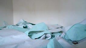 Usuwająca stara tapeta spada na śmieci stosie na podłoga zbiory