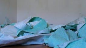 Usuwająca stara tapeta spada na śmieci stosie na podłoga w zwolnionym tempie zdjęcie wideo