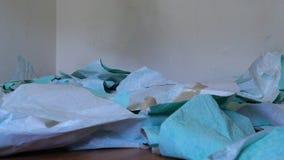Usuwająca stara tapeta spada na śmieci stosie na podłoga w zwolnionym tempie zbiory wideo