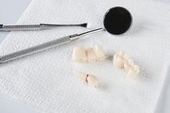 Usuwający mądrość ząb na białej pielusze i stomatologicznym wyposażeniu obrazy stock