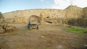 Usyp ciężarówka jest w głębokim przykopie stary forteca Famagusta, panorama zbiory