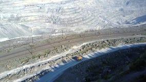 Usyp ciężarówka na ciemniutkiej drodze na azbestowym jama tarasie linią kolejową zbiory