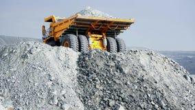 Usyp ciężarówka na stosie gruz Tylni widok ciężarowa pozycja na stosie gruz i narządzanie nalewać za pełnym ciele heavy zdjęcie wideo