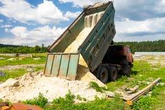 Usyp ciężarówka rozładowywa piasek Ciężarówka wywalał ładunek Piasek i żwir Budowa, materiału magazyn obraz royalty free