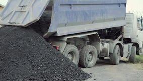Usyp ciężarówka rozładowywa ziemię przy budową zbiory wideo