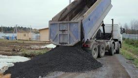 Usyp ciężarówka rozładowywa ziemię przy budową zbiory