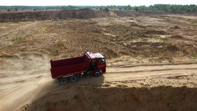 Usyp ciężarówki jeżdżenie na wiejskiej drodze scena Odgórny widok ciężarówka jedzie, opuszczać pióropusze pył w drodze gruntowej  zdjęcie wideo