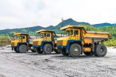Usyp ciężarówki w górach w lecie Zdjęcia Stock