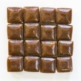 Usypuje Holenderskiego kawowego cukierek dzwoniącego «hopjes przeciw białemu tłu fotografia stock