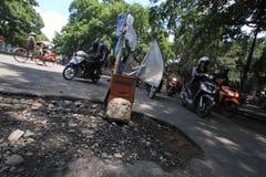 Uszkadzać drogi zagraża drogowych użytkowników Zdjęcia Royalty Free