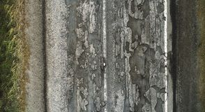 Uszkadzająca droga, pękający asfaltowy blacktop z wybojami i łaty, zdjęcia royalty free