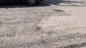 Uszkadzająca droga z niebezpieczną garnek dziurą zbiory