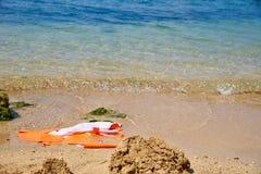 Uszkadzająca kamizelka ratunkowa w piasku zdjęcie royalty free