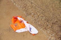 Uszkadzająca kamizelka ratunkowa w piasku fotografia royalty free