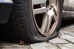 Uszkadzająca Płaska opona samochód Obraz Stock