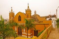 Uszkadzający kościół z sępami na nim obraz stock