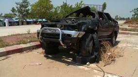 Uszkadzający SUV w szczerym polu zbiory wideo