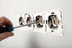 Uszkadzający władzy ujście w ścianie Elektryczny zagro?enie obraz stock