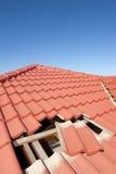 Uszkadzający czerwony dachówkowego dachu budowy dom Obraz Royalty Free