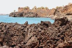 Usztywniona lawy i morza zatoka Arrecife, Lanzarote, Hiszpania Zdjęcia Royalty Free