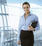 Utövande affärskvinna som ler på kontoret Arkivbilder