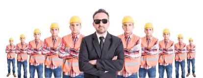 Utövande chef med laget av byggmästare bakom Arkivfoto