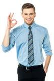 Utövande göra en gest perfekt tecken Arkivbild