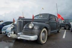 Utövande gruppbil ZIS-110 för sovjetisk efterkrigs- passagerare i parkeringsplatsen Ståta av retro transport i Kronstadt Arkivfoto