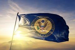 Utövande kontor av presidenten av tyget för torkduk för Förenta staternaflaggatextil som vinkar på den bästa soluppgångmistdimman fotografering för bildbyråer