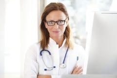 Utövande kvinnlig doktor royaltyfri bild