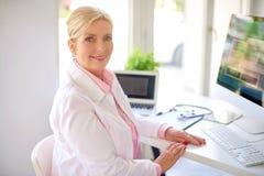 Utövande kvinnlig forskningläkarestående royaltyfri bild