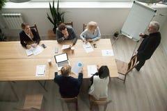 Utövande lag för hög coachning för affärsmentor på möte, bästa v royaltyfri fotografi