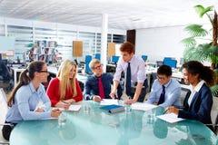 Utövande möte för lag för affärsfolk på kontoret Royaltyfria Foton