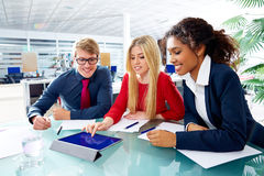 Utövande möte för lag för affärsfolk på kontoret Royaltyfri Foto