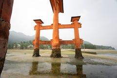 Utöver att sväva den Torii porten i Miyajima, Japan Arkivbilder