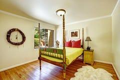 Utöver det vanliga sovruminre Färgrik sniden wood säng med högt Fotografering för Bildbyråer